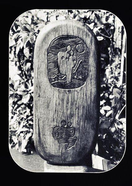 """LEBADANG, """"Stèle"""", sculpture sur bois. Droits réservés."""