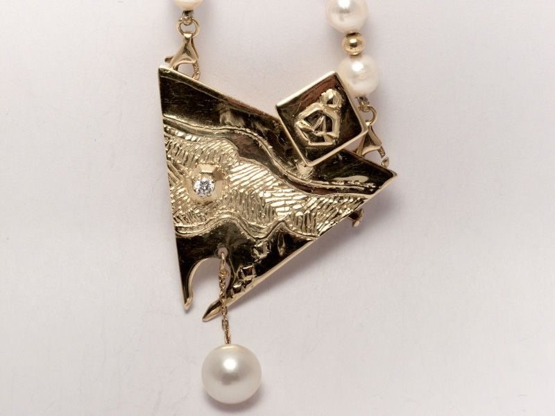"LEBADANG, ""Art to Wear"", pendentif, 1984, perles, diamants et or. Myshu Lebadang, Paris, France. © Luc HO."